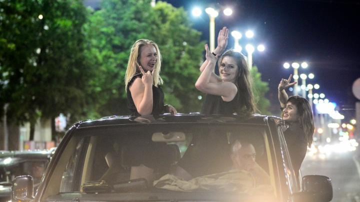 Файеры, российский триколор и всеобщее ликование: в Екатеринбурге футбольные фанаты празднуют ничью