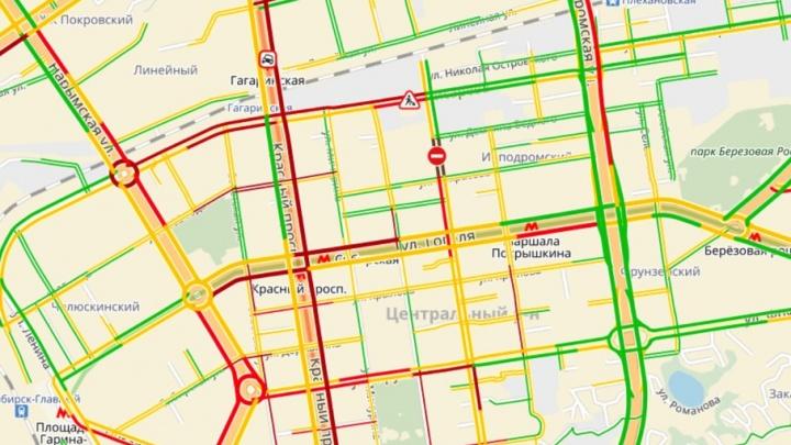 Пробка парализовала движение по Красному проспекту