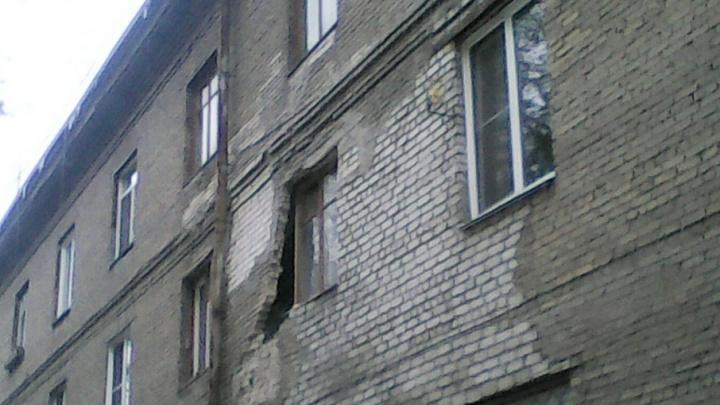 «Ты туда не ходи, сюда ходи»: кирпичная стена общежития в Челябинске повисла в воздухе