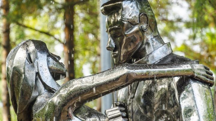 Скульптура влюблённых вернулась на своё место в сквере Молодожёнов