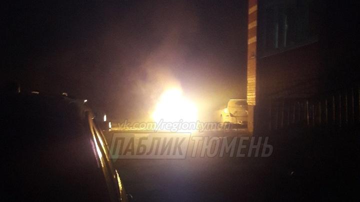 На Игримской в Тюмени ночью вспыхнула иномарка