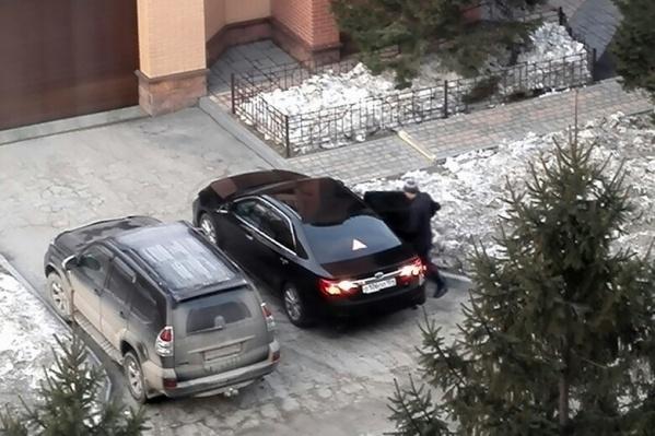 Читатель НГС увидел вице-мэра Артёма Скатова на служебной машине, когда тот был занят семейными делами