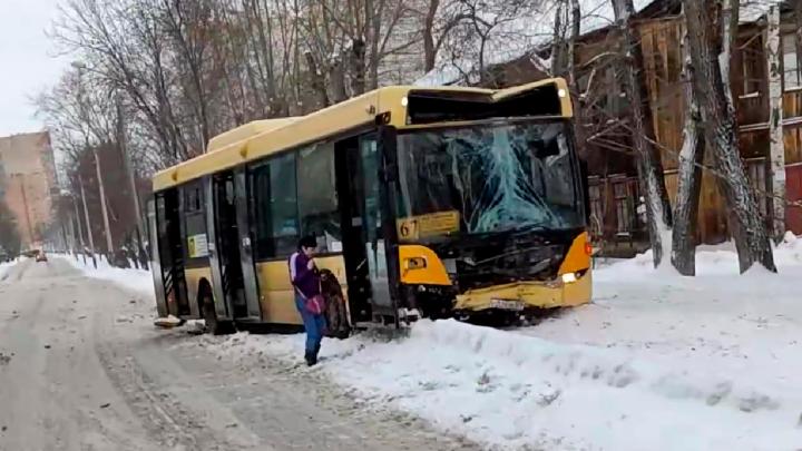 На улице Энгельса произошло ДТП с участием автобуса 67-го маршрута