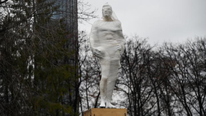 При входе на стадион «Динамо» появилась статуя полуобнаженного атлета с мячом