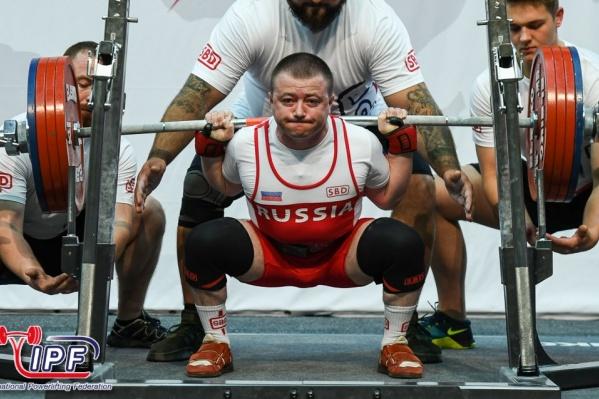 Общая сумма спортсмена в троеборье— 635 килограммов
