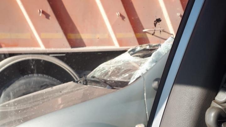 Ищите пути объезда: на мосту на ЕКАД грузовик столкнулся с иномаркой