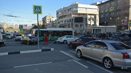 Троллейбусы №13 встали из-за аварии на перекрёстке Красного проспекта и Писарева