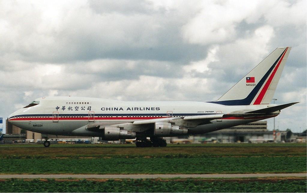 До работы в China Airlines командир воздушного судна и второй пилот служили в ВВС Китайской Республики, но никто из них не летал на истребителях и не имел опыта высшего пилотажа