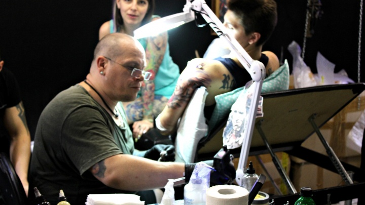 Десятки новосибирцев сделали рисунки на коже на подземном тату-фестивале