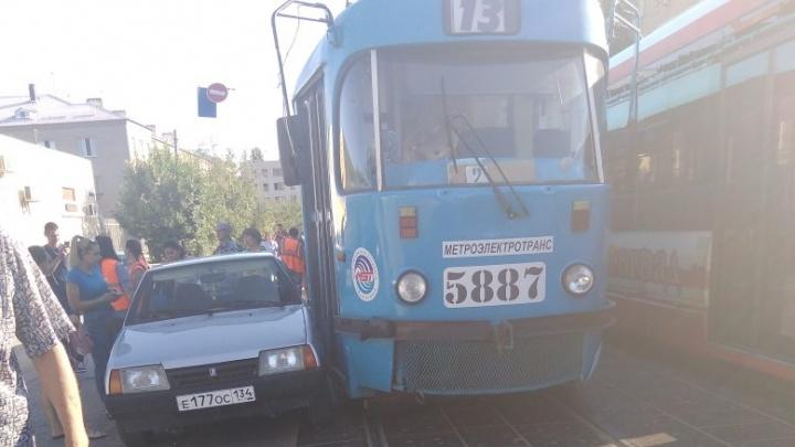 «Стоят и на дороге, и на остановках»: в Волгограде авария на трамвайных путях остановила трамваи