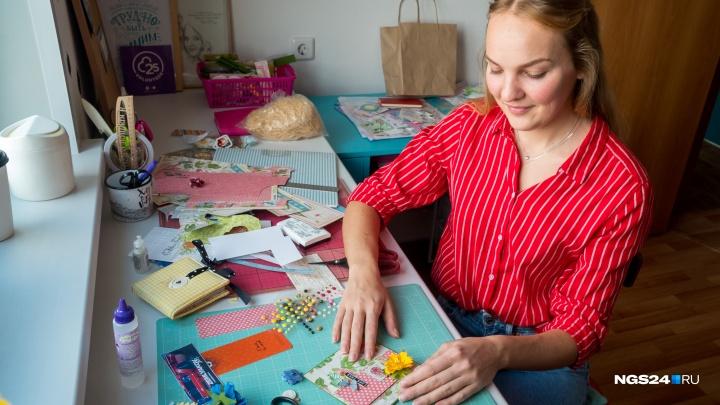На блогера из Красноярска подписались 75 тысяч человек на Youtube, чтобы смотреть, как она делает открытки