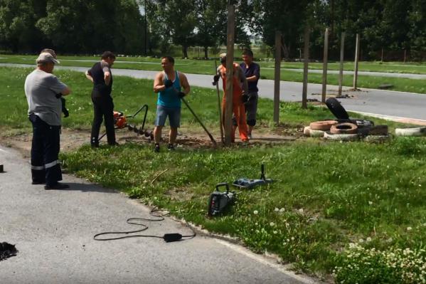 Рабочие частично разрушили трассу для того, чтобы установить столбы