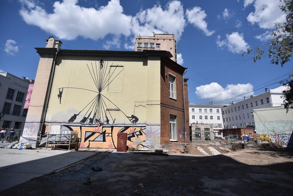 Работу фестиваля «Стенограффия» «Люди на прутиках» испанского художника SAM3 уберут с фасада здания музея. Уже сейчас она испорчена нелегальными граффити-шрифтами