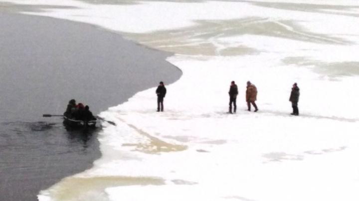 На Волге отколовшаяся льдина унесла восемь человек