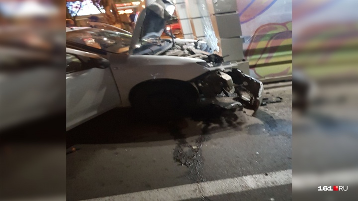 В Ростове ночью «пятнадцатая» на скорости врезалась в магазин