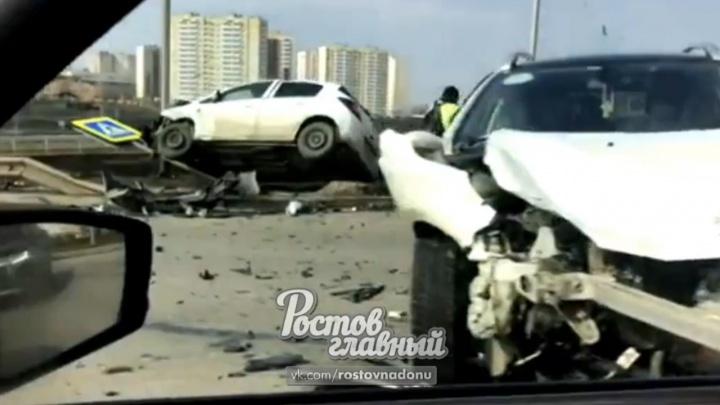 В Ростове на Суворовском после ДТП иномарка сломала дорожный знак