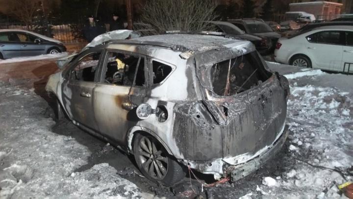 «Были слышны четыре взрыва»: на Юго-Западе ночью сгорела Toyota