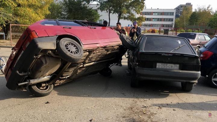 В Волгограде подростки на «Ладе» протаранили два автомобиля