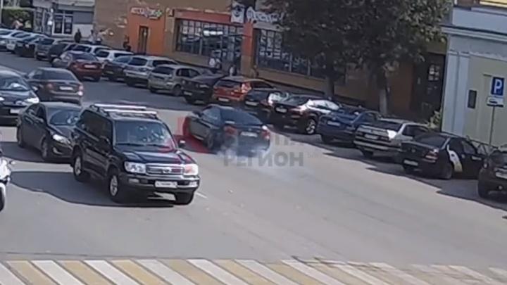 Газанул: в Ярославле лихач на BMW протаранил семь машин. Появилось видео ДТП