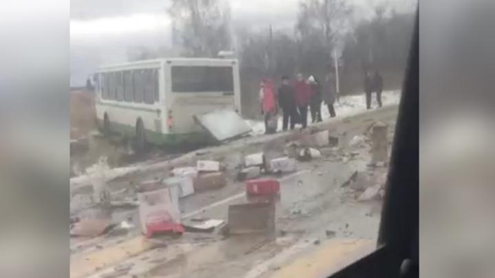 На трассу выпали коробки с коньяком и вином: в Прикамье столкнулись пассажирский автобус и грузовик
