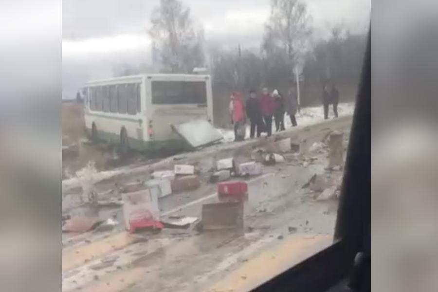Автобус выехал на обочину и получил повреждения