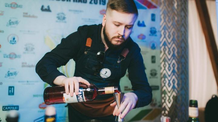 На конкурсе лучших сибирских барменов приготовили коктейль с горящим железом