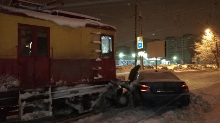 Смачный удар: снегоуборочный трамвай протаранил легковушкуна Чернореченской