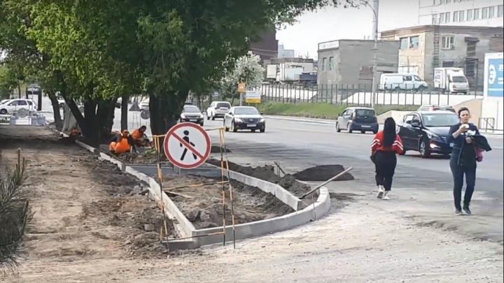 Идут, рискуя жизнью: на Фабричной рабочие перекрыли тротуар для пешеходов