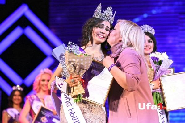 От переполнивших чувств победительница конкурса не смогла сдержать слез радости