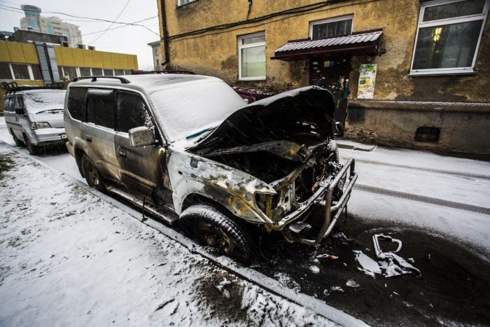 Внедорожник Toyota Land Cruiser, сгоревший во дворах на улице Урицкого