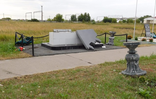 Пьяного вандала, разбившего мемориалы в Лебяжьевском районе, будут судить