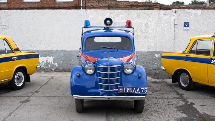Пройдёмте в машину, товарищ: катаемся на самом старом автомобиле омской ГАИ