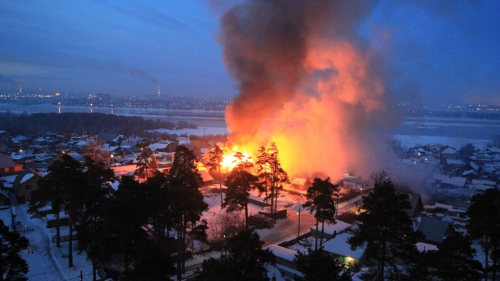 Возле Заельцовского парка вспыхнули два дома: приехала скорая