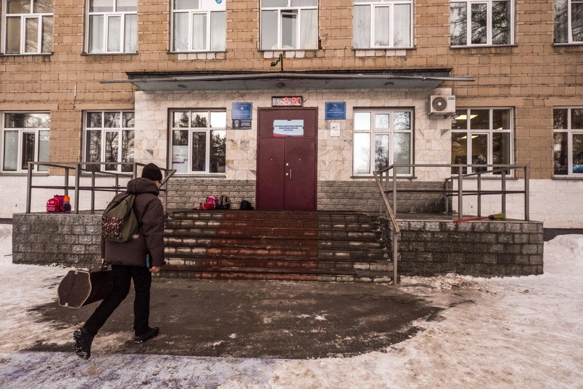 Гимназия  № 3  в Академгородке предложила младшеклассникам заниматься уроками дистанционно