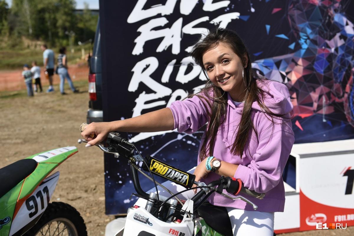 Девушки не остались без фото на классных мотоциклах