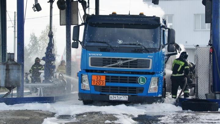 «Отбросило ударной волной»: при пожаре на нефтебазе в Челябинске пострадал водитель бензовоза