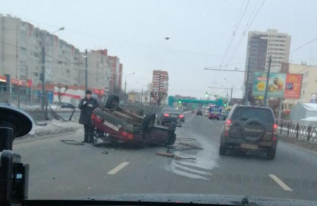 «Дорога ледяная была»: на Московском проспекте машина влетела в забор и перевернулась. Видео