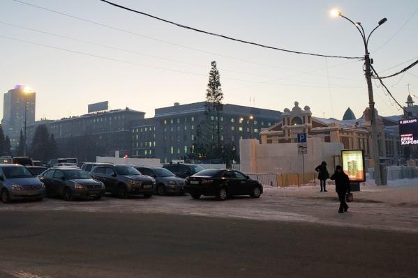 На площади уже стоит не только часть ёлки, но и ледяные блоки