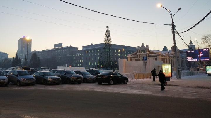 На площади Ленина начали ставить новогоднюю ёлку