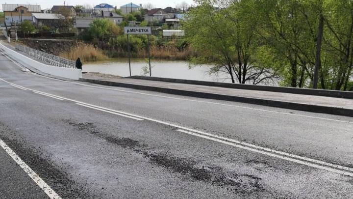 «Рассыпается на третий день»: под Волгоградом дождём размыло новый мост в Городище