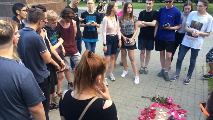 В центре Ярославля школьники устроили акцию в память о застреленном американском рэпере