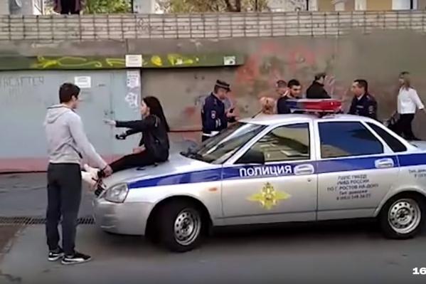 Молодежь устроила танцы на капоте патрульного автомобиля