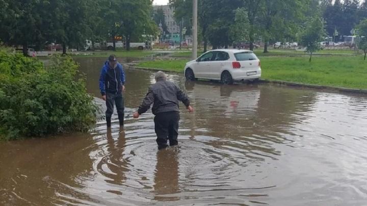 «Дороги проектировали двоечники»: после десятиминутного ливня в Ярославле затопило несколько районов