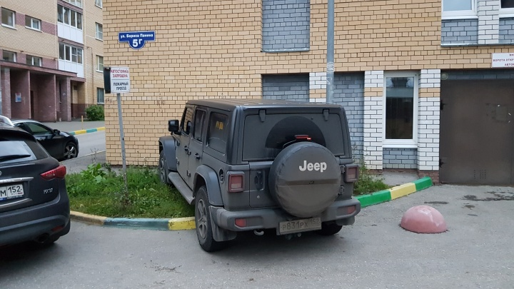 Короли парковки. Иномарки на тротуаре, «подставной» Nissan и «четверка» в палисаднике
