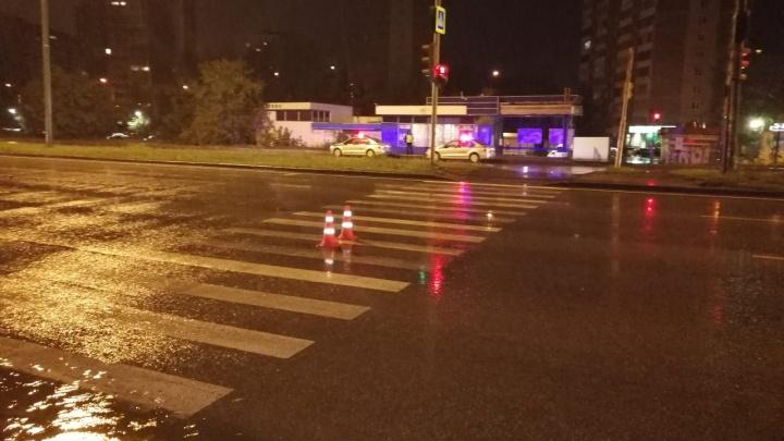 Оба доставлены в больницу: в Екатеринбурге машина сбила двоих подростков, переходивших на зеленый