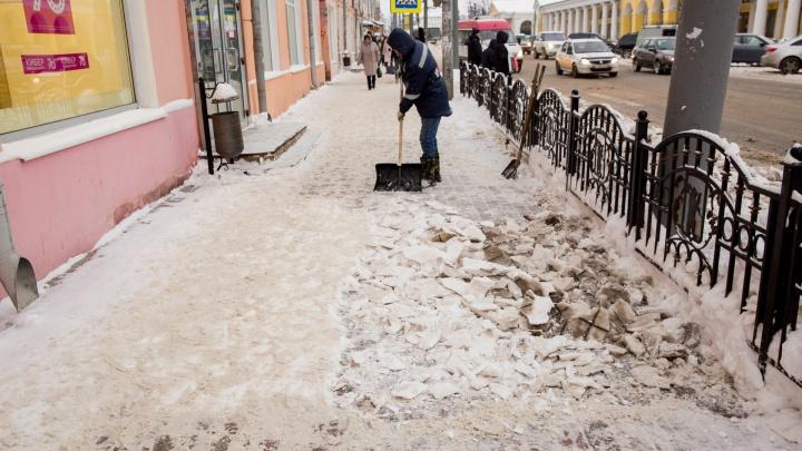 Ледяная глыба обрушилась на женщину в центре Ярославля: пострадавшая в больнице