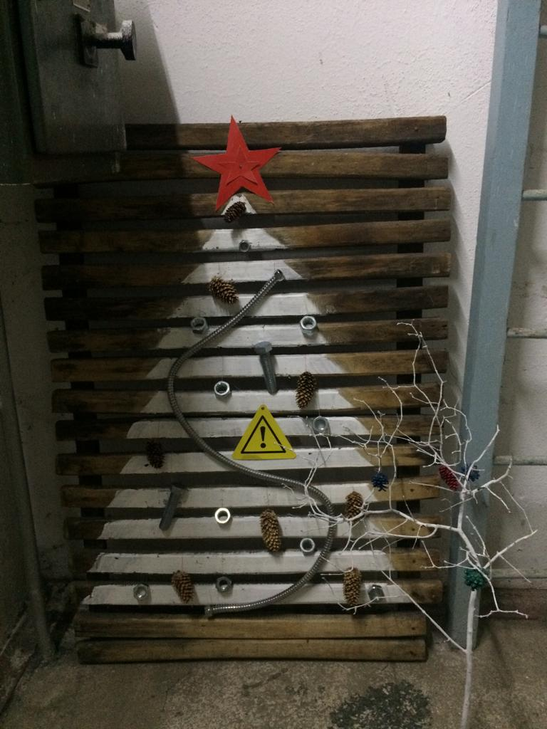 Елка на заводе «ВИЗ-Сталь». Сделана из шишек, шланга, болтов, гаек, поддона