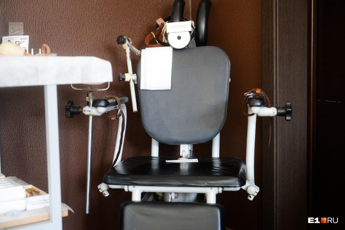 Кресло для хирургических вмешательств. Было передано в музей династией Бродовских. Первый врач династии начал работать в Екатеринбурге в 1900 году. И вся профессиональная жизнь семьи связана с областной больницей