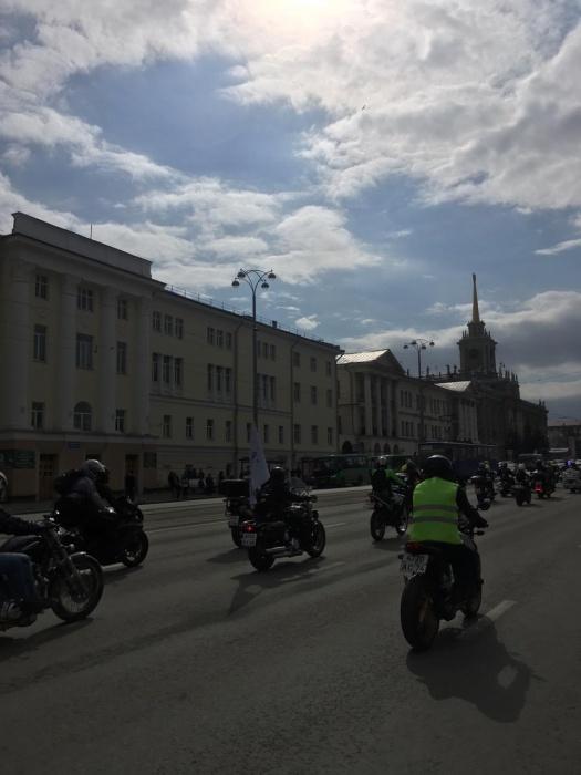 Колонна из тысячи мотоциклистов растянулась от центра Екатеринбурга до Челябинского тракта