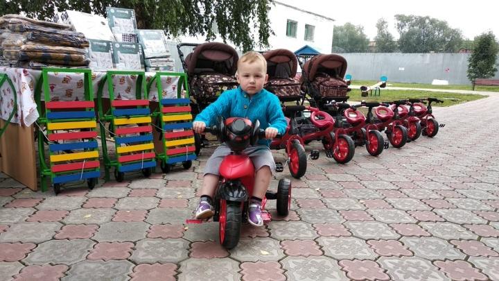 Владелец «Сима-ленда» подарил женской колонии в Нижнем Тагиле велосипеды, санки и коляски